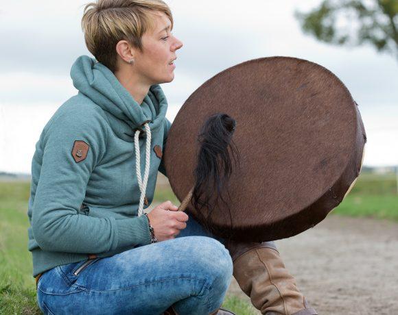 Het oer-ritme van de drum. Moeder aarde roert zich diep in mij